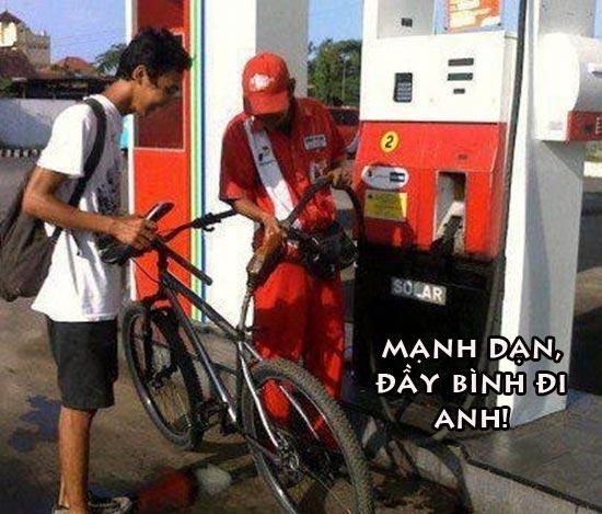 Ảnh hài hước đổ xăng cho xe đạp