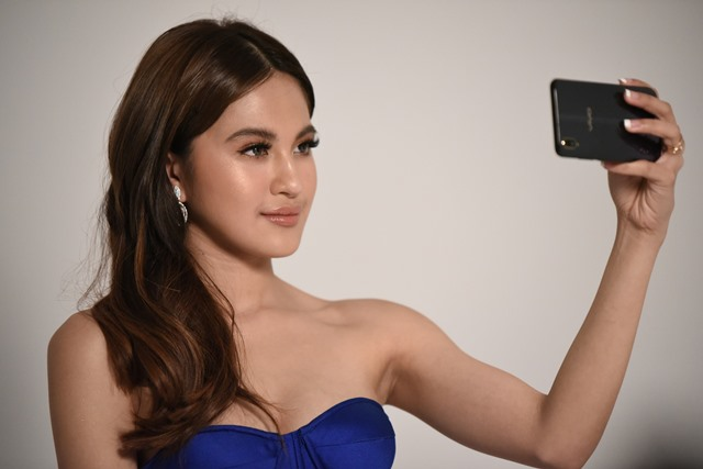 Lemon GreenTea: Julie Anne exhibits radiance and charm with