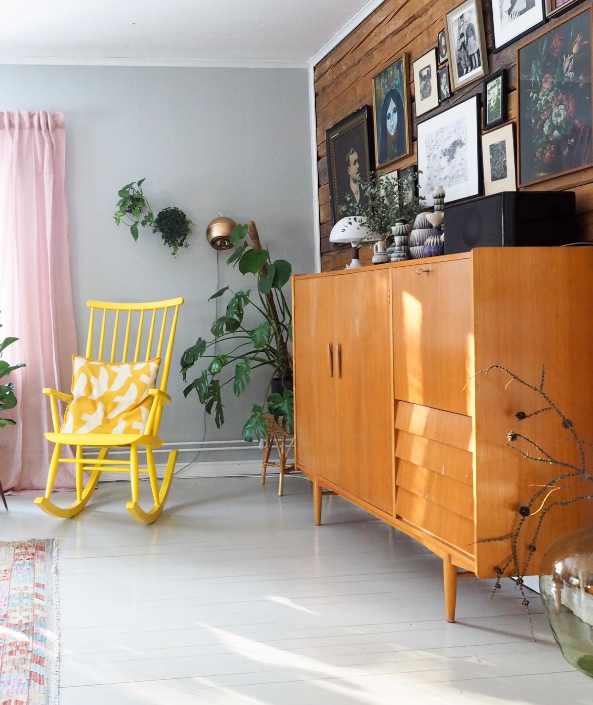 keltainen keinutuoli, olohuone