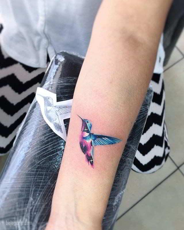 foto de un precioso tatuaje de colibri en el brazo