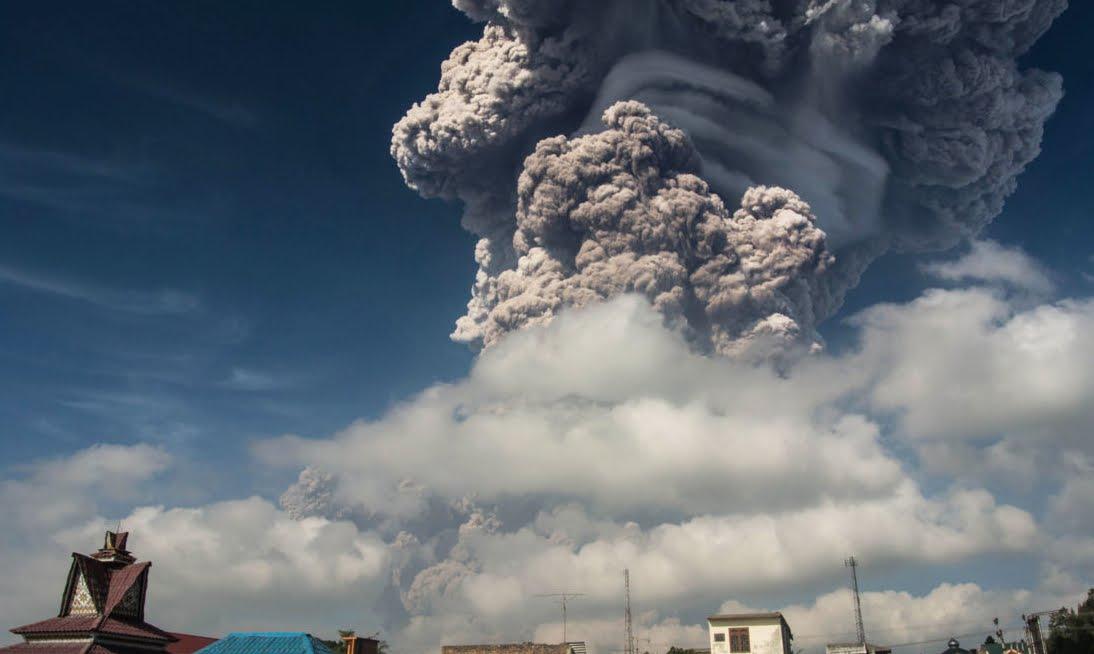 Allarme rosso in Indonesia per l'eruzione del Vulcano Sinabung nell'Isola di Sumatra | Video YouTube