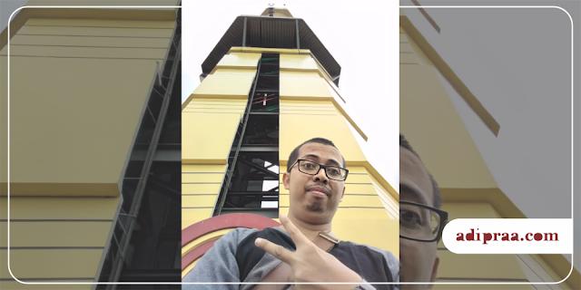 Berfoto dengan Menara Masjid Kampus UGM Yogyakarta | adipraa.com
