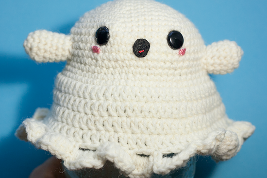 How to make an amigurumi ghost. Cover your candy jar with this easy Halloween Amigurumi.