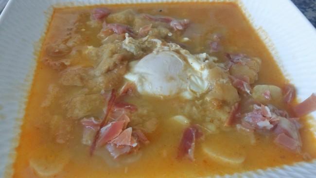 Una sopa de aprovechamiento con ajo, jamón y huevo.