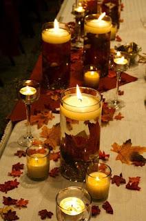 centro tavola romantico con candele sospese su foglie