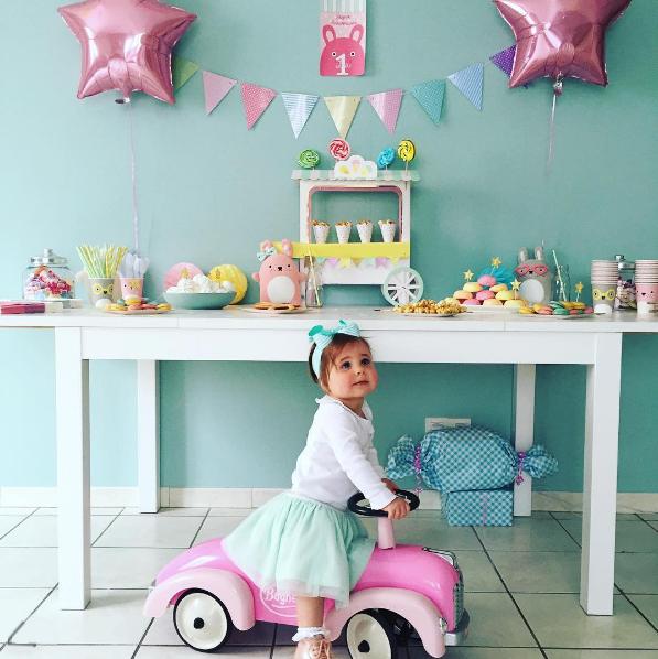 Sweet table anniversaire avec petite fille sur un voiture rose baghera