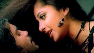 Telugu actress Anushka lip kiss photos