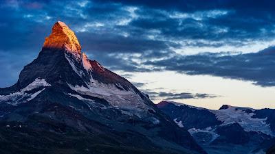 Preciosa montaña con nieve al amanecer