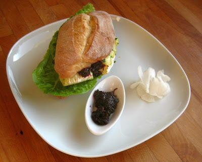 Camemburger mit Josta-Chutney