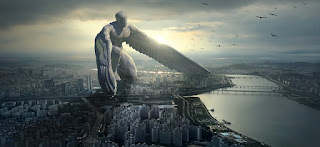 escultura de anjo gigante no meio da cidade