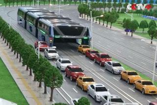 Chineses inventam ônibus que anda por cima dos carros; assista