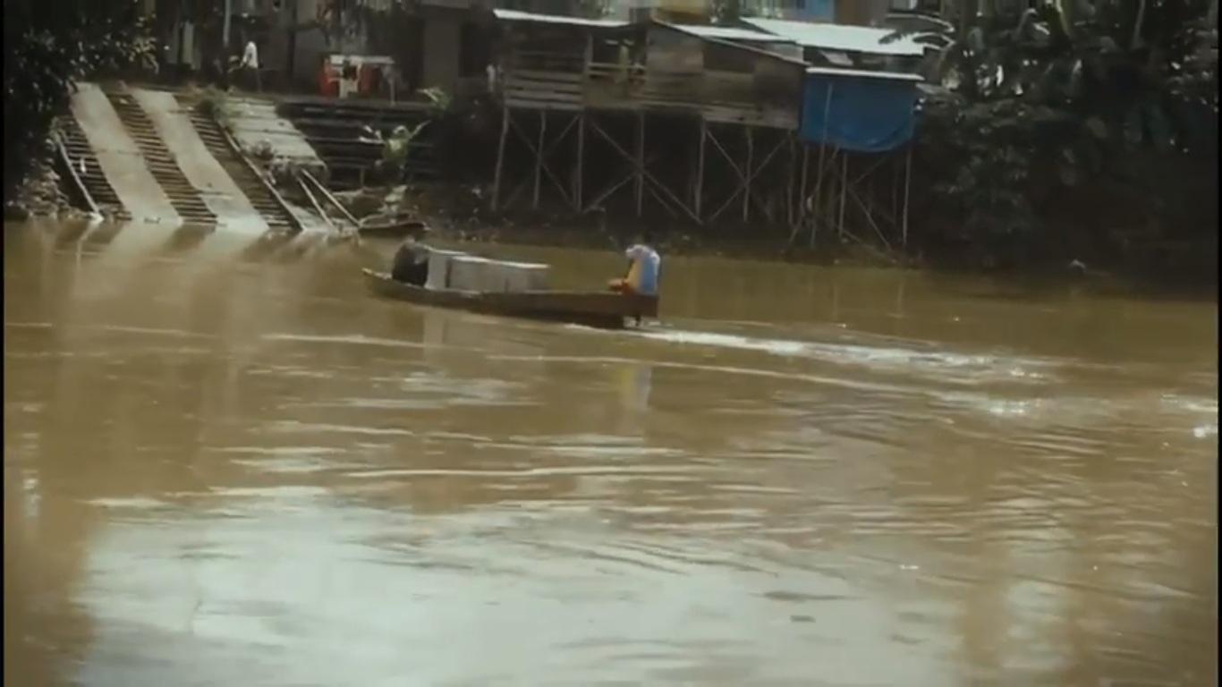 Menyeberang Sungai, Polisi Ini Bawa Kotak Suara ke 4 TPS di Desa Sekonau