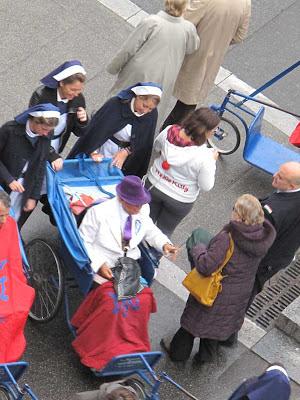 Doente assistido por voluntários