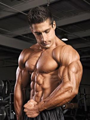 hombre culturista enseñando sus tríceps