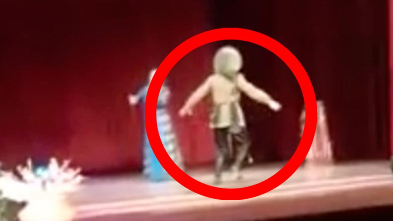 ظنوا انه فقد توازنه .. وفاة ممثل فجأة على المسرح.. والجمهور يصفق!