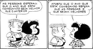 A tirinha em preto e branco apresenta a personagem Mafalda em dois quadros e falas em balões. Mafalda é uma personagem criada pelo cartunista Joaquin Salvador Lavado, mais conhecido como Quino. É uma menina inteligente, rebelde, contestadora e odeia: a injustiça, a guerra, as armas nucleares, o racismo, as absurdas convenções dos adultos e, obviamente, a sopa. Ela tem aproximadamente seis anos , a cabeça é maior do que o corpo em proporção, rosto redondo, cabelos pretos volumosos na altura dos ombros com um laço , olhos pequenos redondos, nariz levemente arrebitado e boca larga. Ela usa um vestido estampado com lacinhos,meias soquetes e sapatos pretos.  Manolito, amigo de Mafalda é o filho de um comerciante, mais preocupado com os negócios e dinheiro do que com outra coisa, não gosta dos Beatles e é um estudante que tira notas baixas (menos em matemática, por causa das contas que aprende no mercado do pai). Representa o conservadorismo capitalista na obra, apenas pensando no lucro do armazém de seu pai. Também adora inflações dos preços, pois assim acha que está lucrando. Manolito também tem a cabeça maior do que o corpo em proporção, rosto retangular, cabelos espetados no alto e raspados nas laterais, olhos e nariz pequenos e boca larga. Ele usa casaco sobre camisa, bermuda preta, meias soquetes e sapatos.  Descrição: Quadro um:Mafalda e Manolito caminham lado a lado. Ele diz: As pessoas esperam que o ano que está começando seja melhor que o anterior. Quadro dois: Mafalda vira-se, fica frente a frente com Manolito e responde: Aposto que o ano que está começando espera que as pessoas é que sejam melhores.