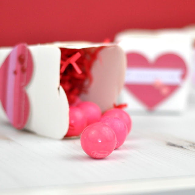 Valentine take out boxes with Jen Gallacher on www.jengallacher.com #valentinesday #valentine #takeoutbox #valentinecraft