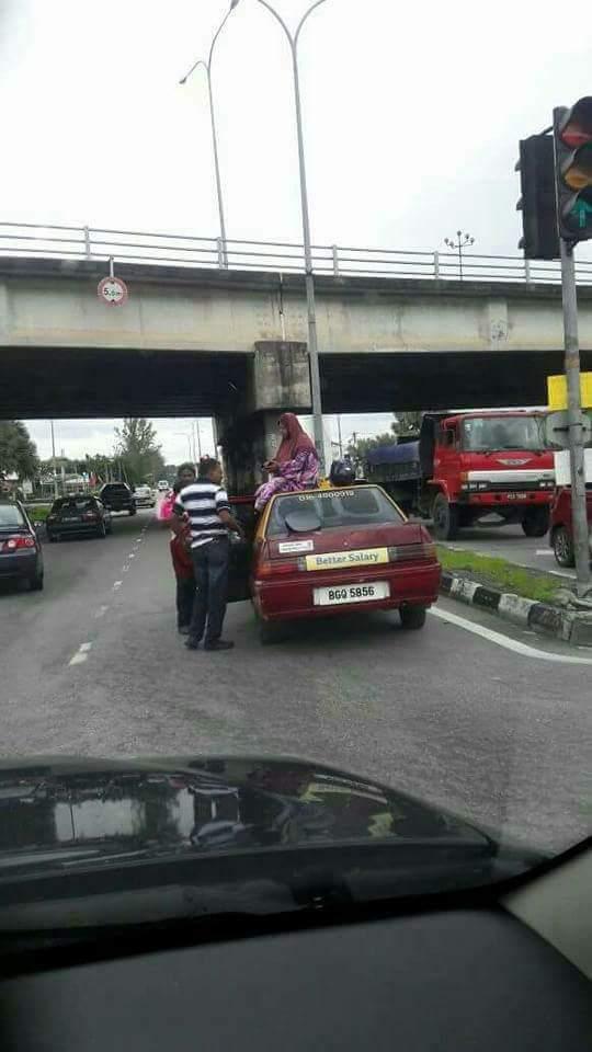 Kemalangan Motorsikal, Makcik Terduduk Atas Bumbung Teksi