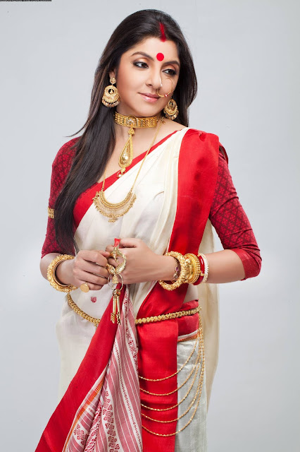 Bengali Bride in full gold jewellery