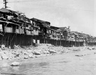 Cheonggyecheon adalah aliran sungai kecil yang mengalir membelah Kota Seoul sebelum akhirnya bermuara ke Sungai Han.