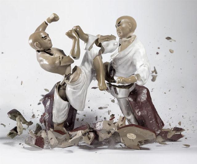 Fotógrafo captura lutas épicas ao quebrar peças de porcelana