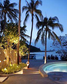 Tramonto in piscina all'hotel Avani+ Samui