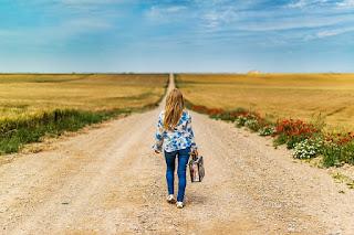 mulher-caminhando-por-uma-estrada