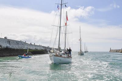 Suhaili escorté aux Sables d'Olonne par une flottille de yachts