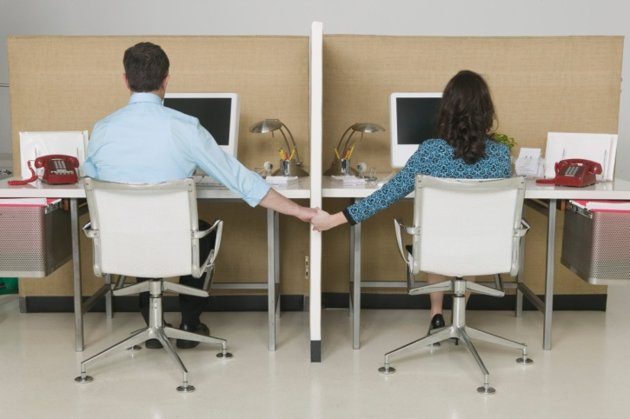 Pacaran dengan Rekan Kantor? Pertimbangkan Masalah-masalah Ini