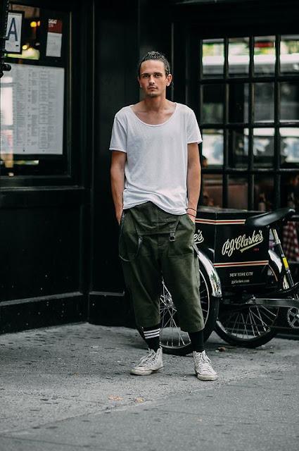 Look Masculino com macacão verde militar e meias longas