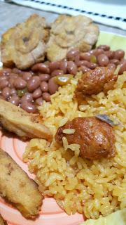 Puertorikanisches Nationalgericht: Reis mit Bohnen und Longaniza