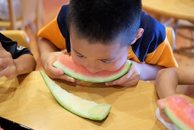 高津屋森林公園 スイカを食べる少年