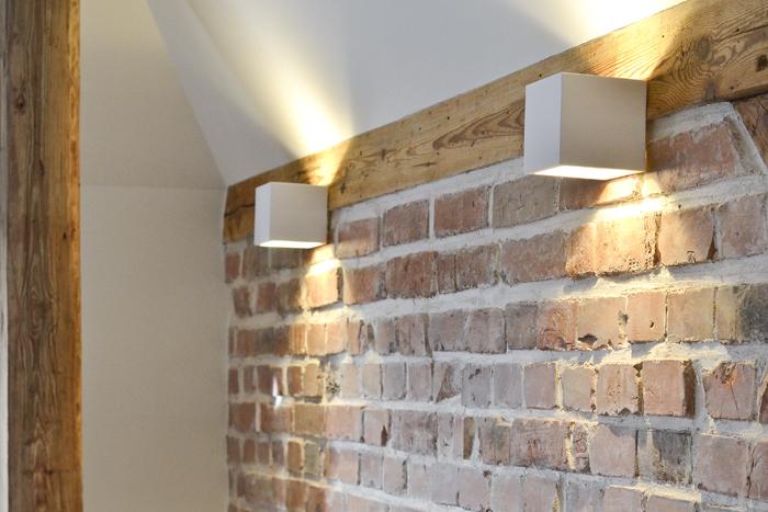 tynk wapienny na ścianie z cegły