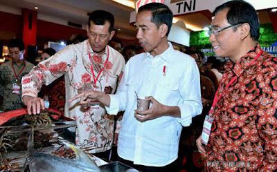 Presiden Joko Widodo mencicipi kopi khas Maluku yang didatangkan khusus dari Pulau Seram, Saat meninjau Stand Emas Biru dan Emas Hijau, sebelum menutup acara Rembuk Nasional, 3 Tahun Pemerintahan Jokowi-Jusuf Kalla yang digelar di Jakarta International Expo Kemayoran, Senin kemarin.
