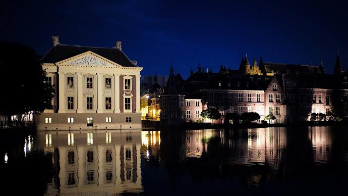 Wallpaper: Binnenhof and Mauritshuis at night