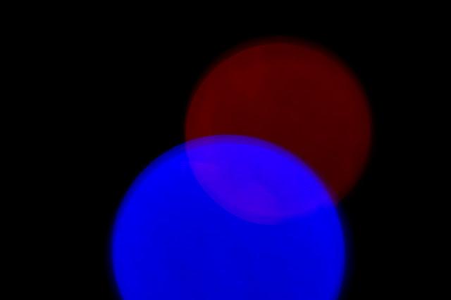 Cztery wymiary. Niefiguratywna kompozycja abstrakcyjna. Kolorowa fotografia odklejona. fot. Łukasz Cyrus
