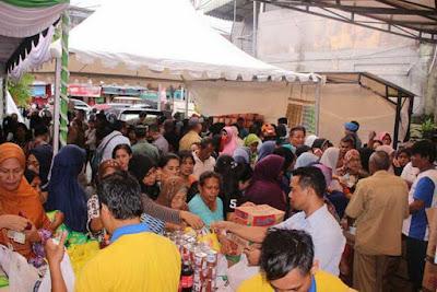 Ambon, Malukupost.com - Masyarakat kota Ambon khususnya masyarakat Muslim yang akan menyambut bulan suci Ramadhan, membanjiri pasar murah yang diselenggarakan Dinas Perindustrian dan Perdagangan (Disperindag) Provinsi Maluku, Senin (7/5). Berdasarkan pantauan, pasar murah berlangsung di halaman kantor Disperindag Maluku diselenggarakan setiap tahunnya menjelang hari-hari besar keagamaan terkhususnya saat ini bulan suci Ramadhan, yang berlangsung selama tiga hari kedepan dan akan dilakukan secara mobile di dua kecamatan, yakni Kecamatan Leihitu pada tanggal 8 Mei dan Kecamatan Salahutu tanggal 9 Mei.