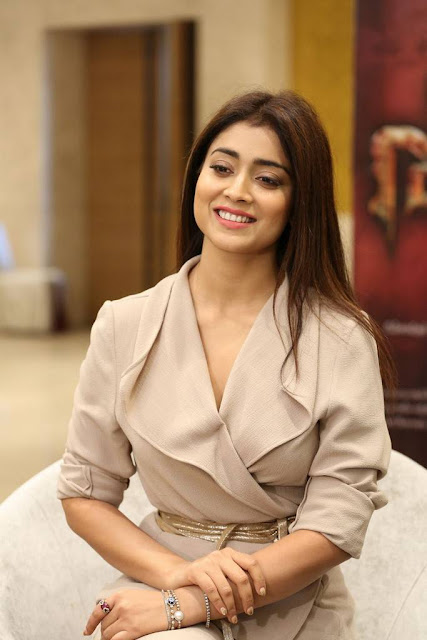 Shriya Saran in Cream Formals At Gautamiputra Satakarni Team Meet 18 (9)