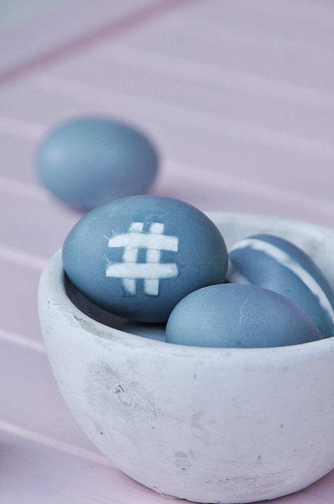 blaue Ostereier mit Hashtag