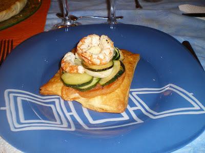 Hojaldre de verduras con gambas marinadas