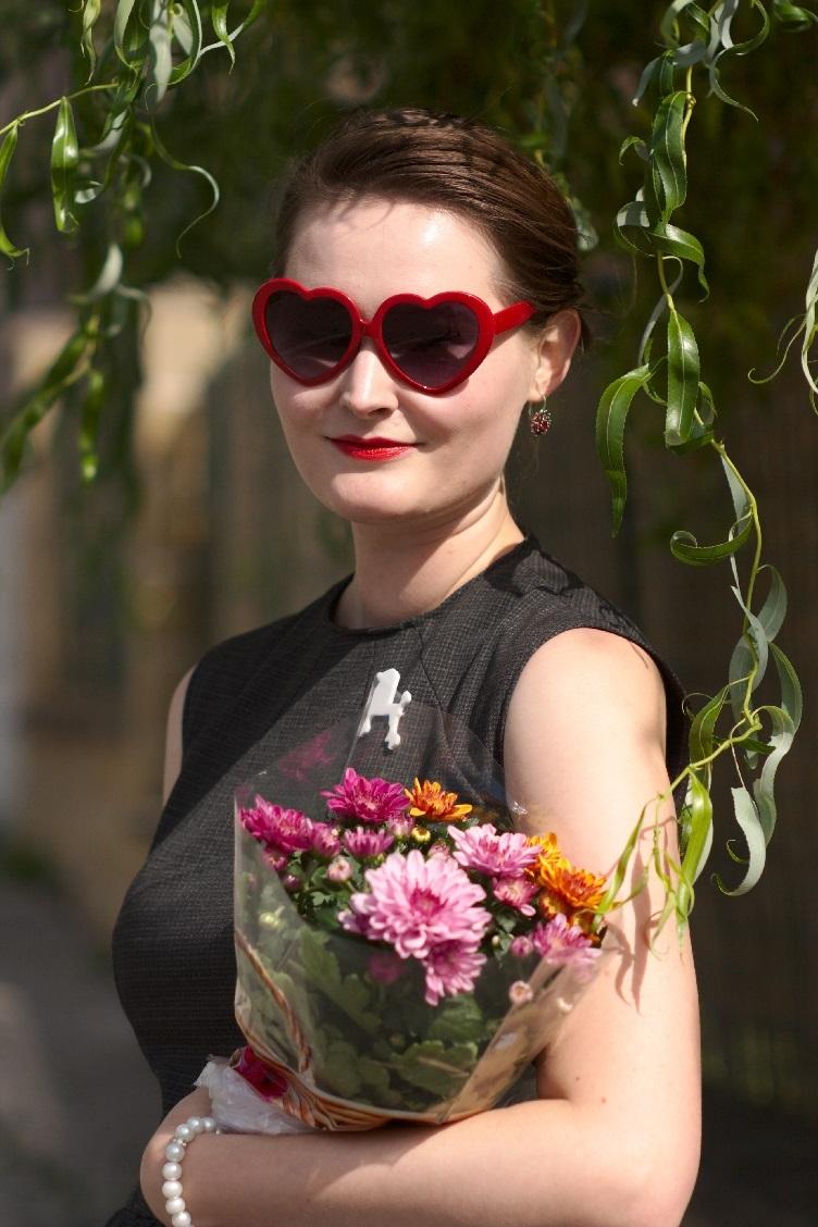 cercei lannister dress, georgiana quaint czech blog, outfit photo shoot, summer photoshoot, unusual handbag, heart shaped glasses