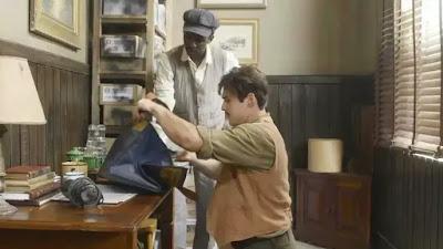 Alfredo (Nicolas Prattes) e Tião (Izak Dahora) roubam oficina em 'Éramos Seis'