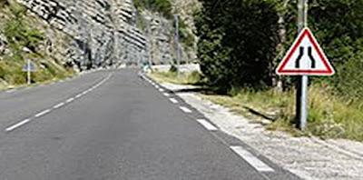 طريق ضيقة