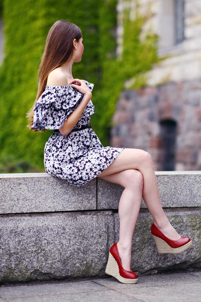 czerwone buty na wysokim koturnie zdjęcie