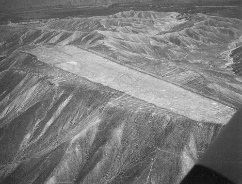 Estas misteriosas pistas intrigan a los investigadores, debido a que cerros enteros fueron cortados o aplastados para lograr esto. Hoy en día sería casi imposible lograrlo con maquinaria avanzada, y tomaría muchos años. ¿Se tratan acaso de pistas de aterrizaje utilizadas por civilizaciones extraterrestres?