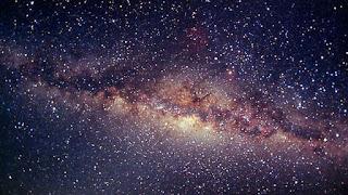 قدمه على الارض ورأسه بين النجوم