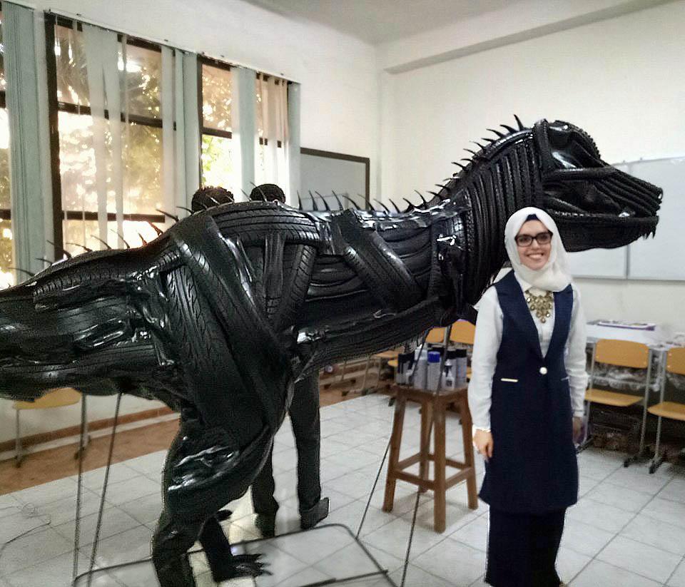 Une lauréate des Beaux-Arts de Sidi Bel Abbès réalise une sculpture de dinosaure avec des matériaux recyclés