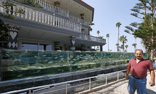 Hàng rào của ngôi nhà được thiết kế bằng một bể cá dài 50m