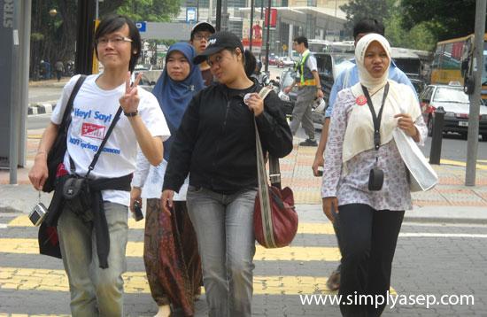 GAYA : Ini adalah sebagian dari delegasi Indonesia pada YES 2009 yang berhasil saya rekam fotonya saat break time jalan jalan di kota Kuala Lumpur, Malaysia.  OMG narsis nya.   Foto Asep Haryono