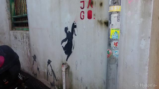 the peguins street art penang